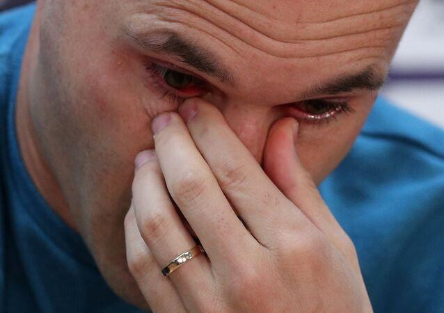 Iniesta, sezon sonunda Barcelona'dan ayrılacağını açıklarken gözyaşlarını tutamadı.