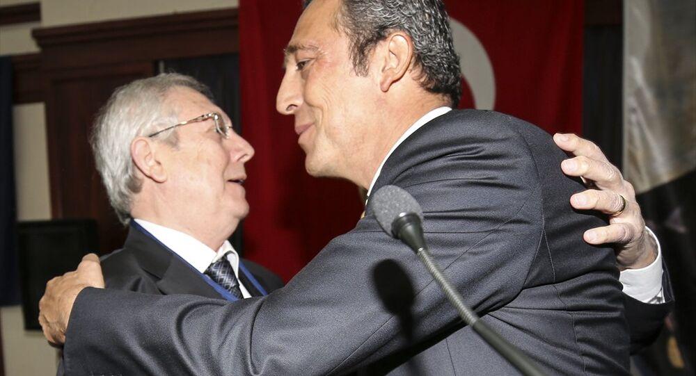 Aziz Yıldırım ve Ali Koç, birbirlerine sarılarak basın mensuplarına poz verdi.