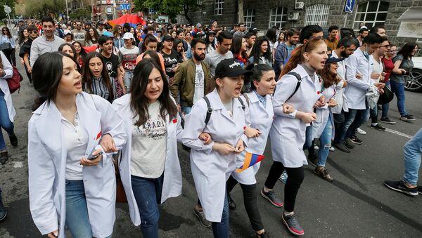 Armenian opposition supporters hold a rally in Yerevan, Armenia April 29, 2018 - Sputnik Türkiye
