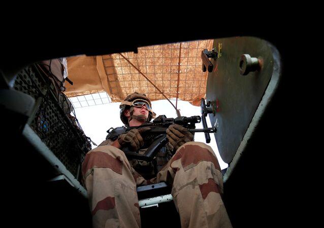 Zırhlı araçla devriye gezen Fransız askeri, Mali, Ekim 2017