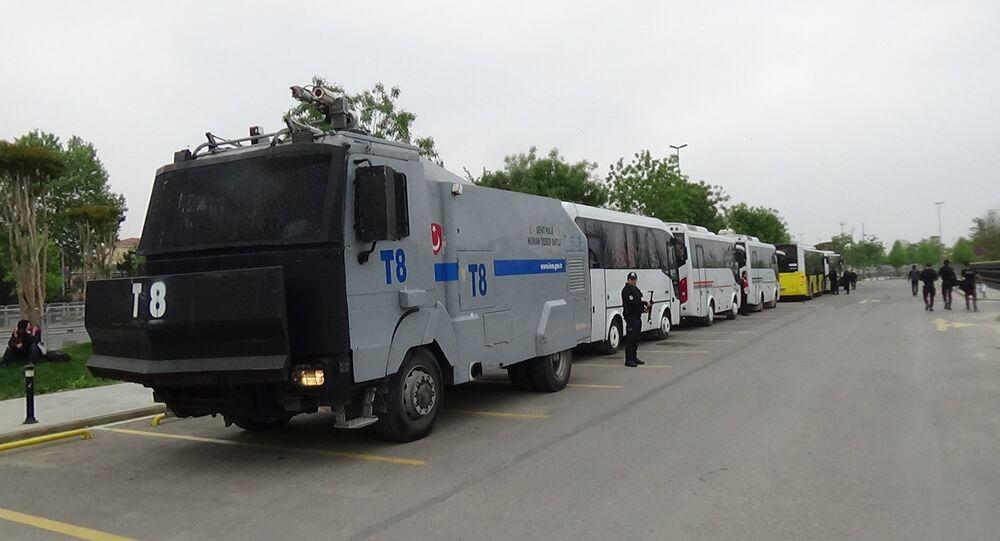 1 Mayıs dolayısıyla 8 bini Maltepe, 6500'ü Beyoğlu, Şişli ve Beşiktaş'ta olmak üzere kent genelinde 26.174 polis görev yapıyor. 4 polis helikopteri çalışmalara havadan destek verirken, çeşitli noktalara 85 TOMA ve 67 zırhlı araç konuşlandırıldı.