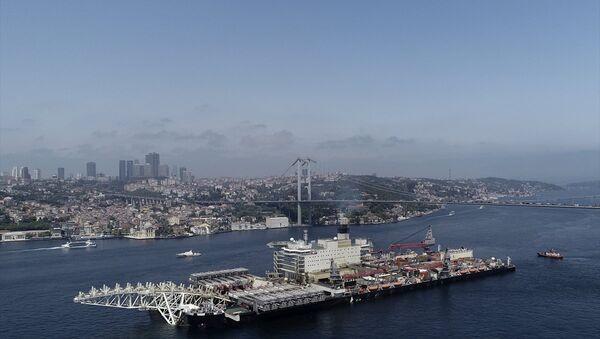 Pioneering Spirit, İstanbul Boğazı'ndan geçti. - Sputnik Türkiye