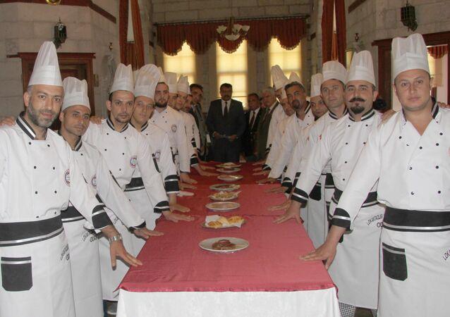 Kayseri'de Lokantacılar ve Pastacıları Odası'nın kapsam dışı meslek dallarında kebapçılık eğitimini başarı ile tamamlayan kursiyerler, et ve ekmeklerin bulunduğu masaya el basarak yemin etti.