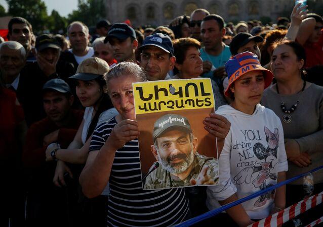 Başkent Yerevan'daki Paşinyan destekçileri