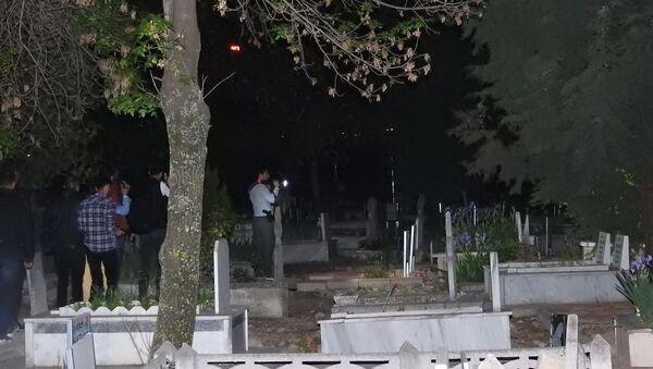 Gizemli kızın görüldüğü mezarlığa akın edenler, polise zor anlar yaşattı - Sputnik Türkiye
