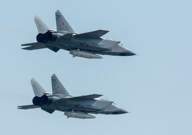 Kinjal füze sistemleriyle donatılan MiG-31 avcı uçakları