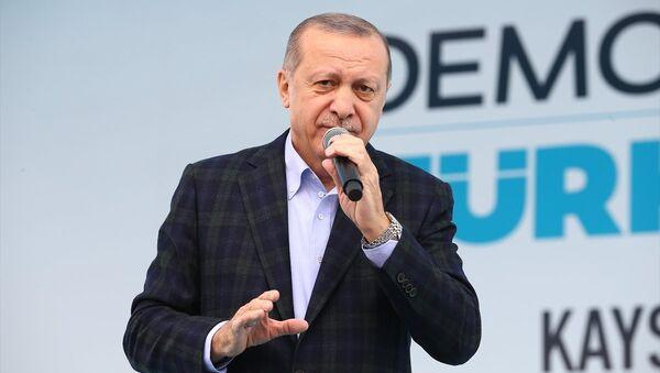 Cumhurbaşkanı ve AK Parti Genel Başkanı Recep Tayyip Erdoğan, Cumhuriyet Meydanı'nda gerçekleştirilen AK Parti Kayseri Kadın Kolları 5. Olağan İl Kongresi katıldı. - Sputnik Türkiye