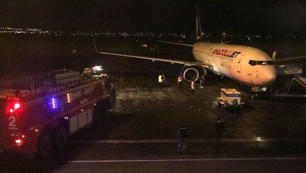 Erzurum Havalimanı'nda kalkışa hazırlanan uçağın motor kısmından alev çıkması üzerine yolcular tahliye edildi. - Sputnik Türkiye