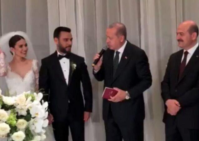 Cumhurbaşkanı Recep Tayyip Erdoğan ve İçişleri Bakanı Süleyman Soylu Alişan ve Buse Varol çiftinin nikah şahitliğini yaptı.