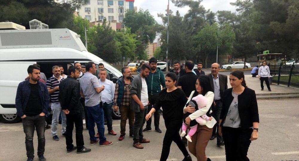 20 Nisan'da 6 aylık kızıyla Diyarbakır E Tipi Cezaevi'ne giren öğretmen Ayşe Çelik