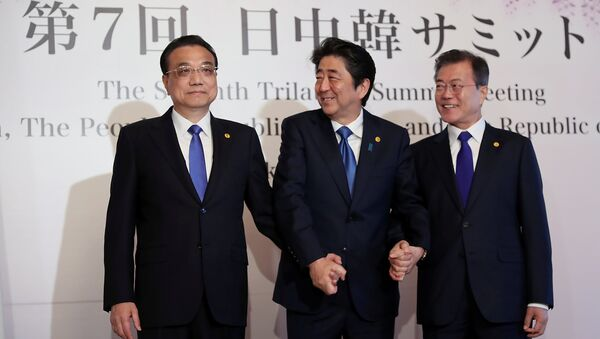 Çin Başbakanı Li Kıçiang, Japonya Başbakanı Şinzo Abe  ve Güney Kore Başbakanı Moon Jae-in tokyo'daki üçlü zirvede el ele - Sputnik Türkiye