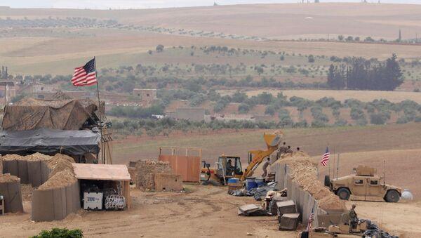 ABD'nin Suriye'nin kuzeyindeki Menbiç'te kurduğu yeni üssün fotoğraflarını uluslararası haber ajansları paylaştı. - Sputnik Türkiye