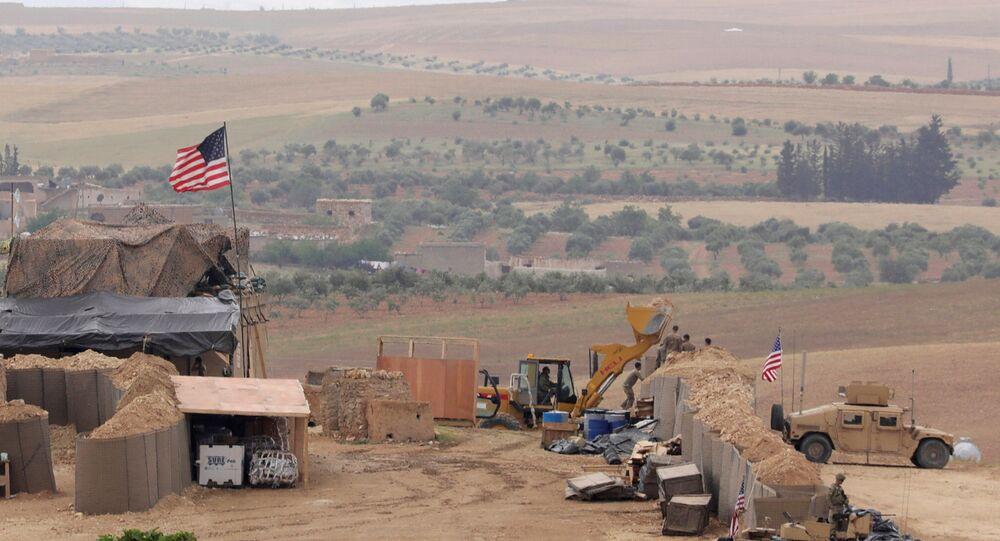 ABD'nin Suriye'nin kuzeyindeki Menbiç'te kurduğu yeni üssün fotoğraflarını uluslararası haber ajansları paylaştı.