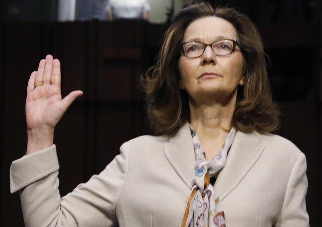 Gina Haspel, Senato İstihbarat Komisyonu'ndaki onay oturumunda ifade vermeden önce yemin etti.