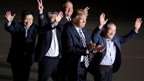 ABD Başkanı Donald Trump- Dışişleri Bakanı Mike Pompeo ve Pyongyang'ın serbest bıraktığı 3 ABD vatandaşı - Sputnik Türkiye