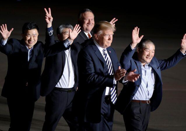 ABD Başkanı Donald Trump- Dışişleri Bakanı Mike Pompeo ve Pyongyang'ın serbest bıraktığı 3 ABD vatandaşı