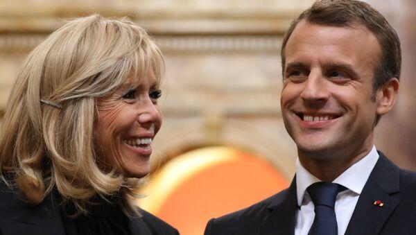 Fransa Cumhurbaşkanı Emmanuel Macron ile kendisinden 24 yaş büyük eşi Brigitte Macron - Sputnik Türkiye