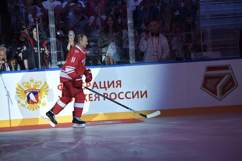 Rus lider, geleneksel olarak 11 numaralı kırmızı formayı giydi.