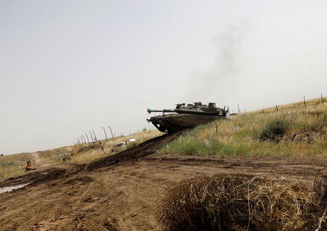 Golan Tepeleri'nde bir İsrail tankı