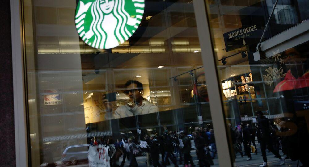 İki siyah ABD'linin gözaltına alındığı Philadelphia kentindeki Starbucks şubesi önünde eylem yapıldı