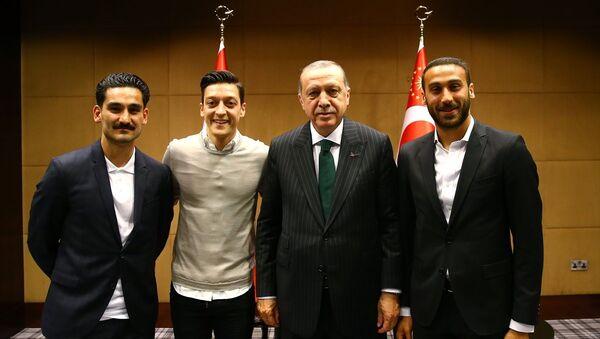 Cumhurbaşkanı Recep Tayyip Erdoğan, Cenk Tosun, Mesut Özil ve İlkay Gündoğan. - Sputnik Türkiye