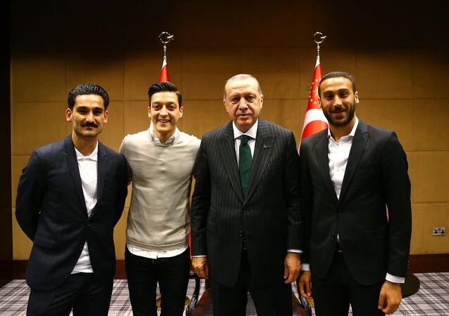 Cumhurbaşkanı Recep Tayyip Erdoğan, Cenk Tosun, Mesut Özil ve İlkay Gündoğan.