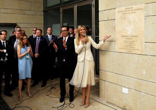 ABD'nin Kudüs Büyükelçiliği açılışında Trump'a ithaf tabelasını gösteren kızı ve danışmanı Ivanka Trump ile Hazine Bakanı Steven Mnuchin