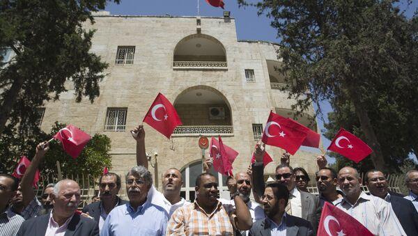 Doğu Kudüs'teki Türkiye Konsolosluğu önünde Mayıs 2010'daki Mavi Marmara saldırısı sonrası Filistinliler gösteri yapıyor - Sputnik Türkiye