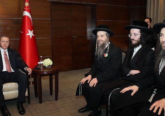 Cumhurbaşkanı Recep Tayyip Erdoğan, Haham Elahanan Beck ve beraberindeki Neturei Karta Ortodoks Musevi Cemaati üyeleri ile bir araya geldi.