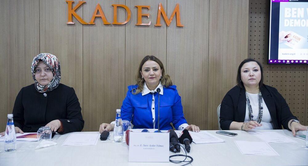 Kadın ve Demokrasi Derneği (KADEM), Kadın ve Siyaset Araştırması Sonuç Raporu'nun basın lansmanı, KADEM Genel Merkezi'nde gerçekleştirildi. Lansman toplantısına Kadın ve Demokrasi Derneği (KADEM) Başkanı Sare Aydın Yılmaz (ortada), yönetim kurulu üyesi Betül Altınsoy Yanılmaz (solda) ve yönetim kurulu üyesi Sezen Güngör de (sağda) katıldı.