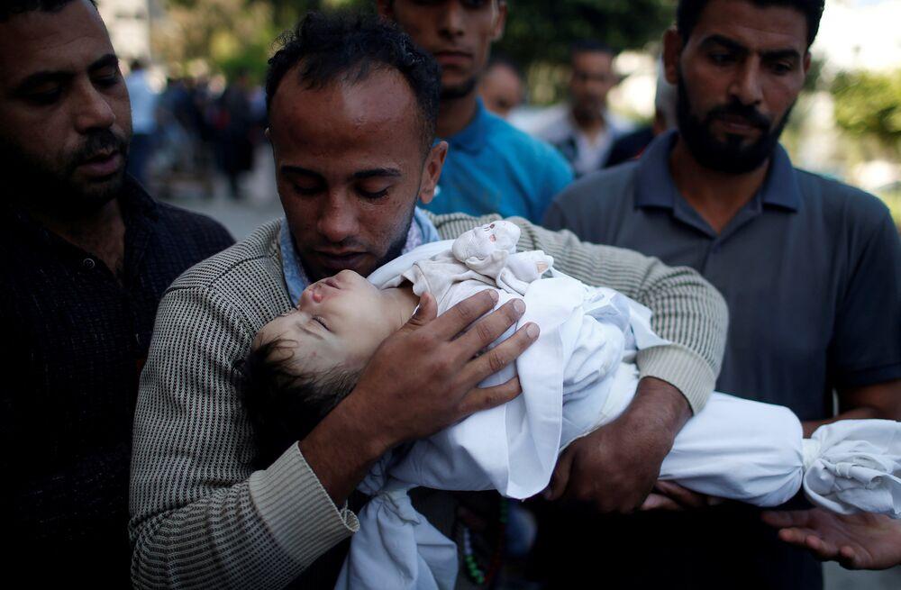 Bebeğinin ölmesinden beri çok az şey söyleyen babası ise Leyla'nın Filistin bayrağına sarılı bedenini kollarında camiye taşırken, Ona dua edin diyerek ağladı.