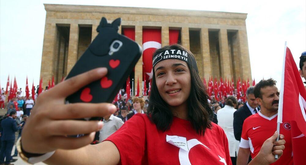 19 Mayıs Atatürk'ü Anma, Gençlik ve Spor Bayramı nedeniyle Anıtkabirde tören düzenlendi. Törene Gençlik ve Spor Bakanı Osman Aşkın Bak ile birlikte 81 il ve Kuzey Kıbrıs Türk Cumhuriyeti'nden (KKTC) gelen temsilci gençler, sporcular, öğrenciler, halk oyunları ekipleri ve bakanlık çalışanları da katıldı.
