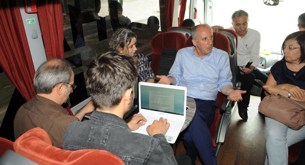 CHP'nin Cumhurbaşkanı adayı Muharrem İnce, seçim otobüsünde gazetecilerle