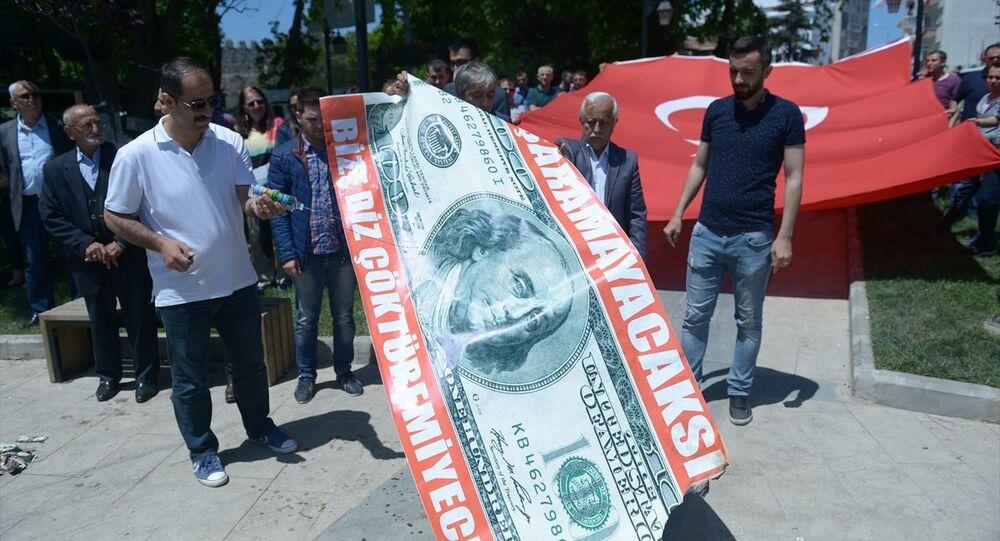 15 Temmuz Milli İrade ve Demokrasi Derneği Sinop Şube Başkanlığı öncülüğünde bir araya gelen bazı sivil toplum örgütü temsilcileri, döviz kurlarındaki artışa tepki gösterdi. Gruptakiler, temsili olarak hazırlanan iki metre uzunluğundaki dolar banknotunu yaktı.