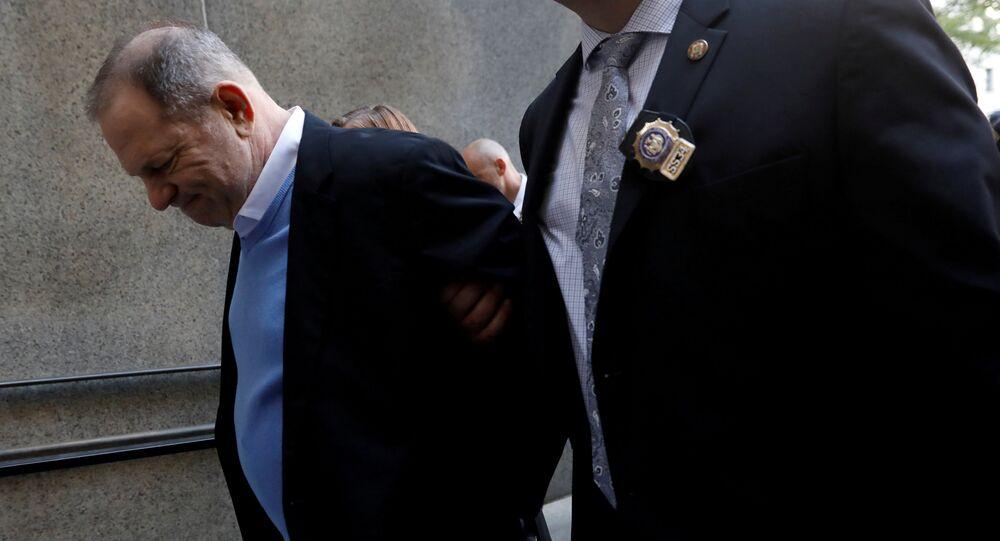 New York'ta polise teslim olan Harvey Weinstein, kelepçelenerek mahkemeye götürüldü.
