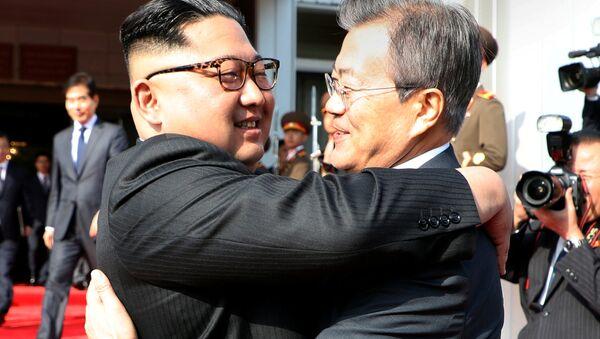 Kuzey Kore lideri Kim Jong-un- Güney Kore Devlet Başkanı Moon Jae-in - Sputnik Türkiye