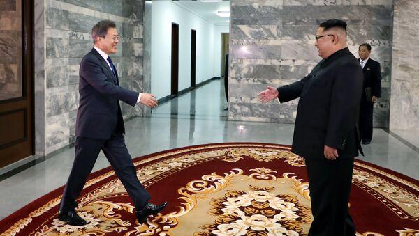 Güney Kore Devlet Başkanı Moon Jae-in- Kuzey Kore lideri Kim Jong-un - Sputnik Türkiye