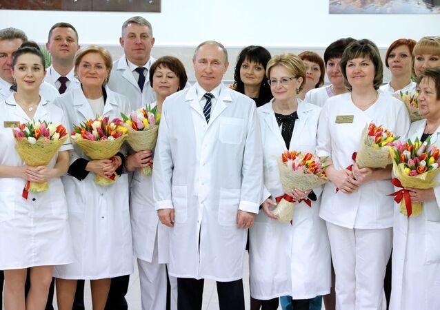 Putin'den çiçek buketi
