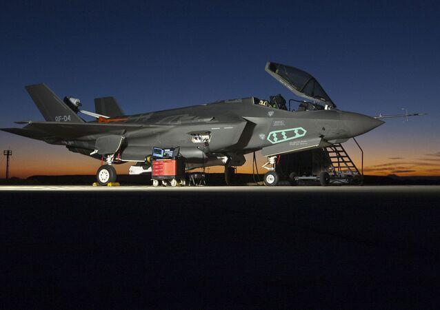 Истребитель F-35 на авиабазе в СШA