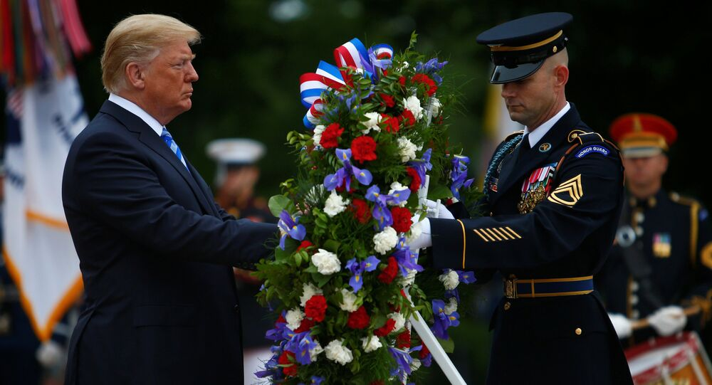 ABD'de orduda görev yaparken hayatını kaybeden kadın ve erkeklerin onurlandırıldığı Anma Günü'nda Başkan Donald Trump, Arlington Ulusal Mezarlığı'ndaki Meçhul Asker Anıtı'na çelenk bıraktı.