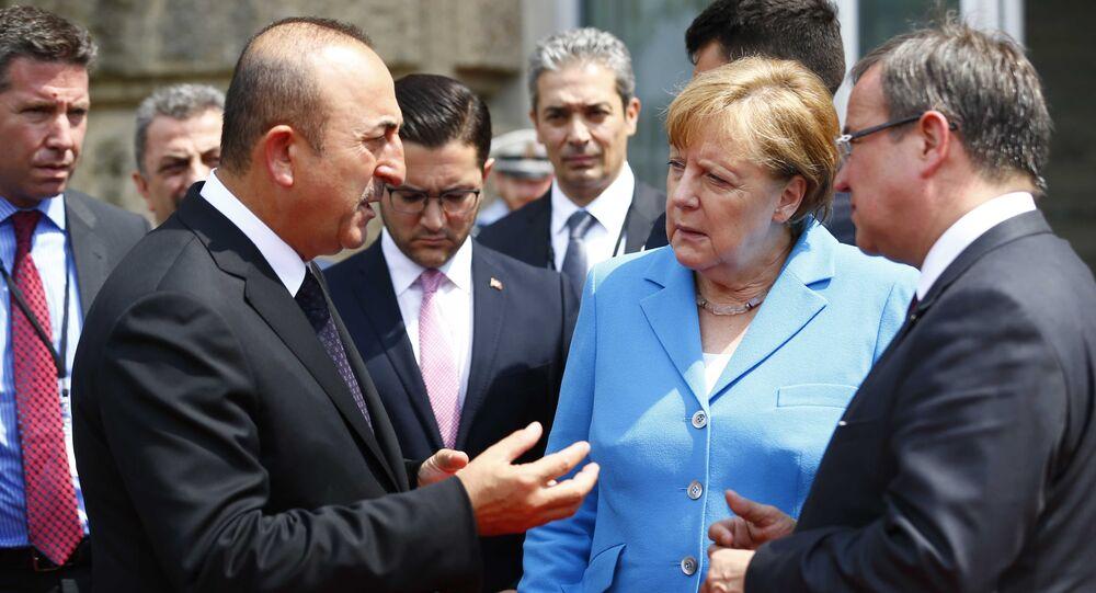 Dışişleri Bakanı Mevlüt Çavuşoğlu,Düsseldorf'taki Kuzey Ren Vestfaya Eyaleti Başbakanlık binasındaki anma töreninde yaptığı açıklamada, Genç ailesinin yaşadığı trajediye ve Almanya'da ırkçı saldırılara maruz kalan diğer Türk vatandaşlarının sorunlarına dikkati çekerek, Almanya'yı kendilerine ikinci vatan bilmiş bu insanların tek beklentisi bu toplumun birer eşit ferdi, eşit birer parçası olmaktır şeklinde konuştu.  Entegrasyon konusunda Türkiye ve Almanya olarak birlikte çalışılması gerektiğinin altını çizen Çavuşoğlu, Bize düşen görev, bu faciadan gerekli dersi çıkarmak, ırkçılık belasına karşı tek vücut olarak durabilmektir. Bu gibi saldırıların bir daha tekrarlanmaması için yabancı düşmanlığına karşı etkili tedbirler almaktır değerlendirmesinde bulundu.  Çavuşoğlu, bu kapsamda toplumun tüm unsurlarının kendi renk ve farklılıklarıyla bir arada barış ve huzur içinde yaşamasını sürekli kılmak gerektiğini vurguladı.  Bakan Çavuşoğlu, 8'i Türk 10 kişiyi öldüren aşırı sağcı Nasyonal Sosyalist Yeraltı (NSU) terör örgütüne dair dava sürecini de yakından takip ettiklerini belirterek, Bu dava sonucunda Şansölye Merkel'in verdiği söz doğrultusunda saldırıların tüm bağlantı ve arka planının ortaya çıkacağı ve toplum vicdanını tatmin edecek bir karar alınacağını ümit ediyoruz. Bu konuda hepimizin ortak beklentisi var dedi.