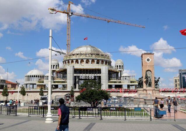 İnşaatı devam eden Taksim Camisi'nin ana kubbesi tamamlandı ve üzerine Türk bayrağı dikildi.
