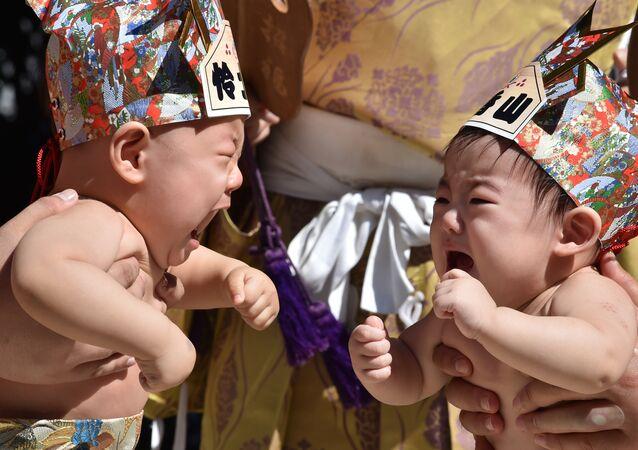 Ağlayan Japon bebekler