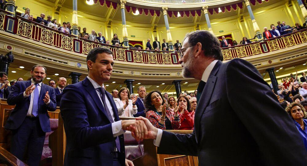 İspanya parlamentosunun güvenoyu vermediği Başbakan Rajoy (sağda), ayağa kalkıp Sosyalist Parti lideri Sanchez'le el sıkıştı, bu tebriğin ardından tek kelime etmeden genel kuruldan ayrıldı.