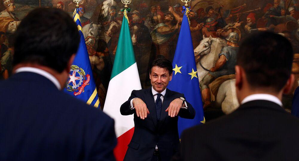 5 Yıldız Hareketi (M5S) - Kuzey Birliği (Lig) hükümeti Giuseppe Conte'nin başbakanlığında yemin ederek göreve başladı.