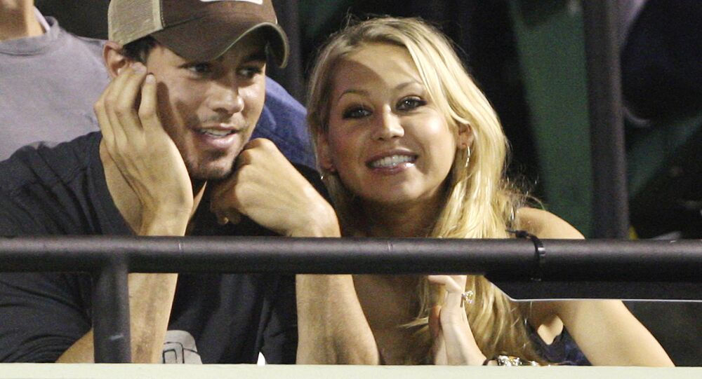 Enrique Iglesias, left, and Anna Kournikova watch a match between Serena Williams and her sister Venus Williams at the Sony Ericsson Open tennis tournament in Key Biscayne, Fla., Thursday April 2, 2009