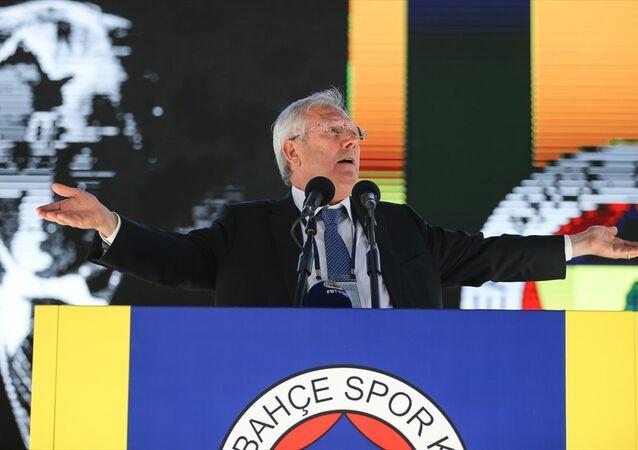 Fenerbahçe'nin stadyumunda düzenlenen tarihi seçimli kongrenin ilk gününde Aziz Yıldırım kürsüde