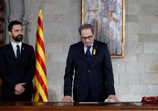 Katalan Meclisi Başkanı Roger Torrent'in de katıldığı törenle Katalonya Başkanı seçilen Quim Torra'nın liderliğindeki hükümet yemin ederek göreve başladı.