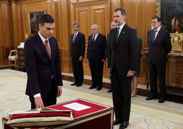PSOE lideri Pedro Sanchez, Zarzuela Sarayı'nda Kral 6. Felipe'nin önünde yemin etti. İspanya tarihinde ilk kez İncil veya haça yer verilmeyen yemin töreninde, Sanchez, Anayasa'ya el bastı.