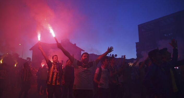 Ülker Stadı'ndaki kongrenin ardından stat etrafındaki taraftarlar Ali Koç'un başkan seçilmesini kutladı.